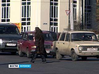 По Воронежу разгуливала женщина в распахнутой норковой шубе на голое тело