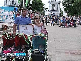 Победители парада колясок получили денежные сертификаты от Алексея Гордеева