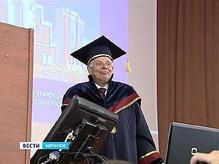Почётную мантию и диплом доктора ВГУ вручили Жоресу Алферову
