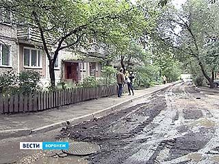 Подъездную дорогу к одному из домов на проспекте Патриотов вместо асфальта закидали грязью