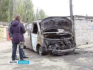 Поджог или самовозгорание? У Нефтебазы сгорел микроавтобус вместе с гаражом