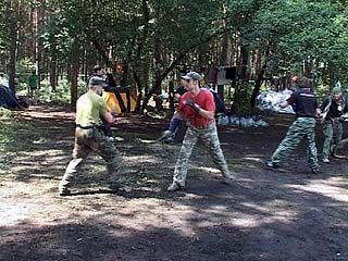 Поединки на ножах устраивают в сосновом лесу Отрожки