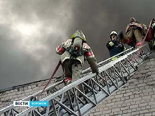 Пожарные ликвидировали пожар на складе станкостроительного завода