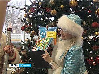 Правилам безопасности на дорогах города учили детвору Дед Мороз и Снегурочка