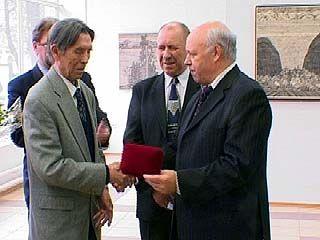 Председатель Облдумы вручил художнику Масабиху Ахунову знак отличия