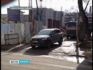Припаркованный внедорожник приостановил строительство Камерного театра