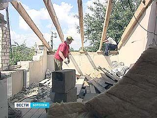 Приставы начали снос дома, в котором живёт семья из трёх человек