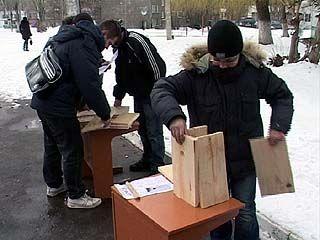 Прохожие и школьники соревновались в умении строить скворечники