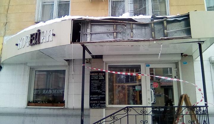 В Воронеже упавшие с крыши глыбы льда разгромили вывеску кофейни