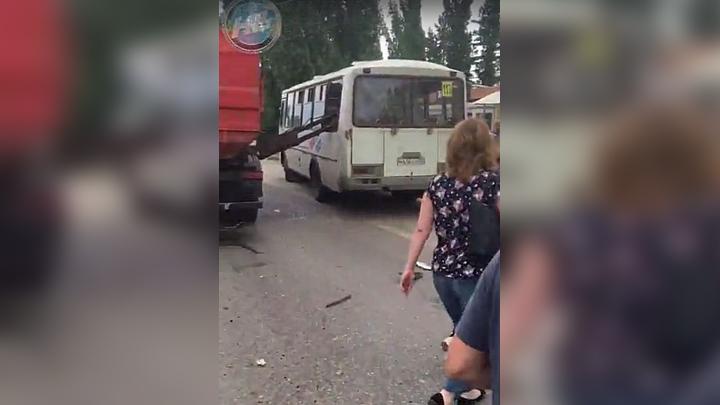 В Воронеже ковш мусоровоза упал на пассажирку автобуса