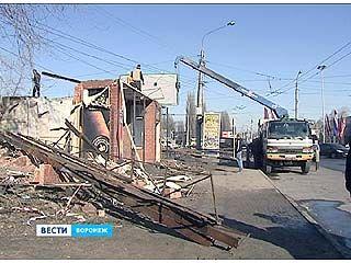"""С остановки """"Ворошилова"""" продолжают сносить торговые павильоны"""