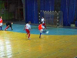 Школьники попробовали свои силы в соревнованиях по минифутболу
