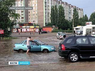 Сильный ливень затопил дороги в нескольких районах Воронежа
