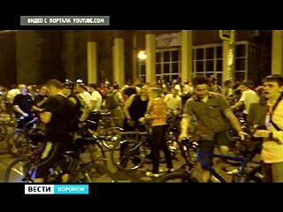 Сотни воронежских велосипедистов проехались по ночным улицам Воронежа