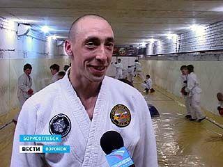 Сотрудник Борисоглебского СИЗО в подвале школы оборудовал спортзал