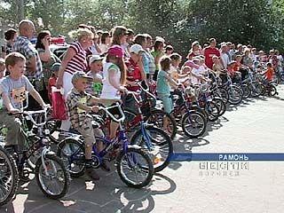 Сотрудники ГИБДД организовали детский велопробег под Рамонью