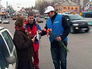 Сотрудники ГИБДД поздравили воронежских автолюбительниц
