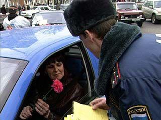 Сотрудники ГИБДД вместо штрафов дарили женщинам цветы