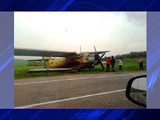 Совершив посадку на поле, Ан-2 доехал до трассы и остановился