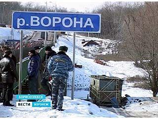 Спасатели подрывают лёд на реке Ворона в Борисоглебском районе