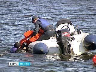Спасатели тренируются вытаскивать купальщиков из воды друг на друге