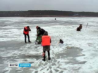Спасатели вышли на лёд, чтобы провести воспитательную работу с рыбаками
