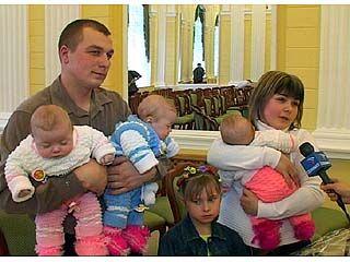 Свой первый в жизни документ получили 13 малышей