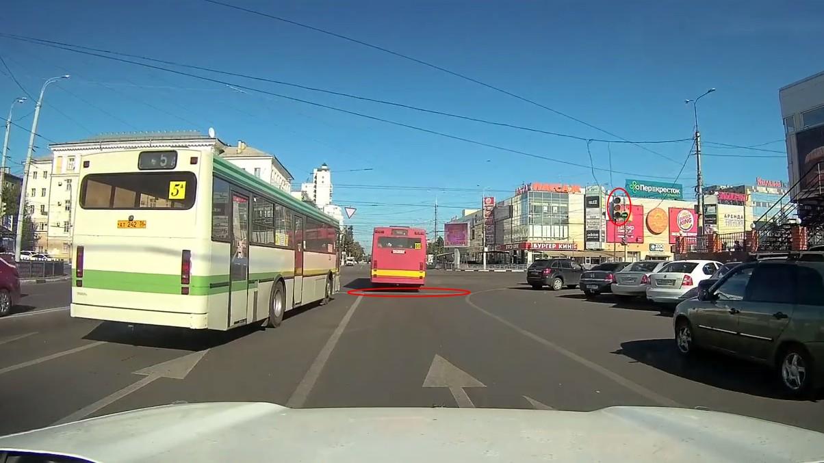 В Воронеже дважды проехавшая на «красный» маршрутка попала на видео