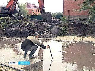 Трассу расширяют - дома затапливает. Жители Репного винят в наводнении строителей