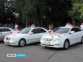 У Дворца Бракосочетания открылась выставка свадебных автомобилей