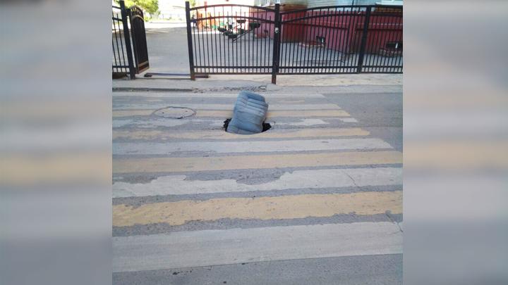 В центре Воронежа на пешеходном переходе у школы провалился асфальт