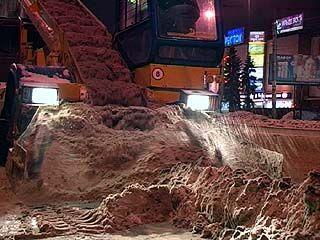 Улицы Воронежа убирали от снега и машин - коммунальщикам теперь помогают эвакуаторы