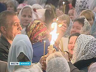 В Благовещенском соборе верующие прикоснулись к таинству благодатного огня