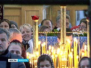В День памяти Святителя Митрофана на литургию пришли сотни верующих воронежцев