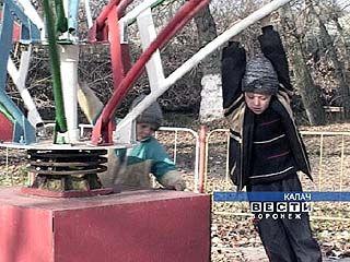 В Калаче демонтируют детские аттракционы