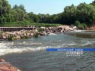 В Лискинском районе у села Щучье протока перекрыта дамбой