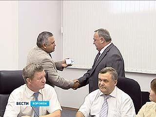 В Малом зале Областной думы вручили удостоверения кандидатам в губернаторы