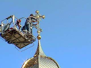 В Масловке состоялось воздвижение креста на главный купол храма