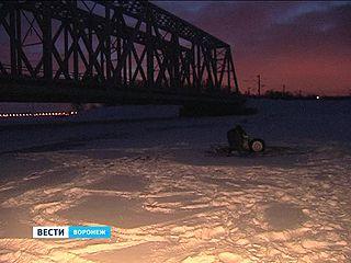 В микрорайоне Отрожка у Железнодорожного моста из воды видна часть легковой машины