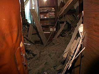 В общежитии на проспекте Труда обрушился потолок