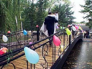 В парке Авиастроителей открыли мост для молодоженов