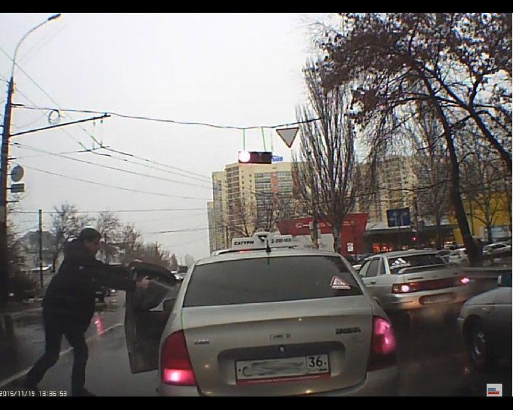 ВИДЕО: В потасовке на дороге воронежские водители пустили в ход нож и газовый баллон