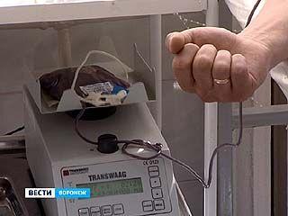 В преддверие Дня донора работники департамента здравоохранения сами сдали кровь