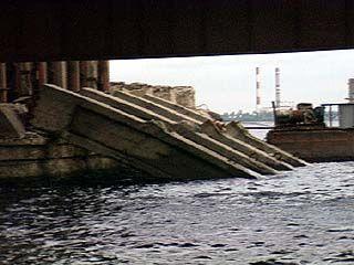 В результате обрушения Чернавского моста погиб рабочий