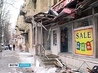 В результате падения ледяной глыбы пострадал магазин на улице Комисаржевской