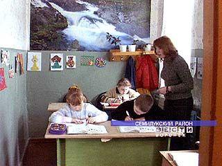 В семилукской школе в одном углу класса дети поют, а в другом - занимаются физкультурой