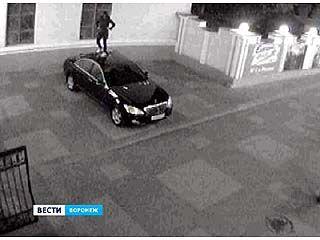В центре Воронежа девушка танцевала на крыше представительской иномарки