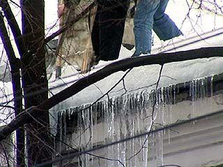 В центре Воронежа начали сбивать ледяные глыбы с карнизов