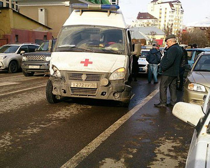 В центре Воронежа пьяный водитель скорой помощи устроил своей машиной автобоулинг