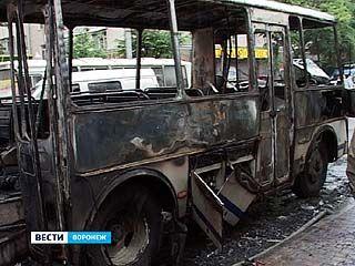 В центре Воронежа сгорел автобус ПАЗ: никто не пострадал